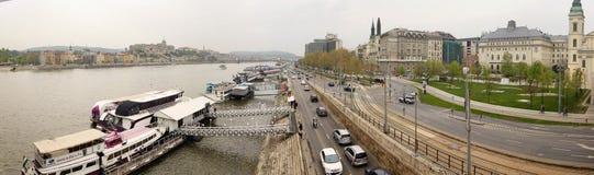 Boedapest, Hongarije - April 17, 2018: Panorama dijkmening van de brug Royalty-vrije Stock Afbeelding