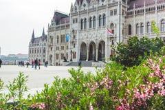 BOEDAPEST, HONGARIJE - APRIL 03, 2019: Toeristen die dichtbij het Parlement Hongarije, Boedapest lopen stock afbeelding