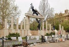 Boedapest, Hongarije - April 17, 2018: Vrijheidsvierkant Monumenten aan slachtoffers van Duits en Hongaars Nazisme stock foto's