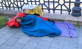Boedapest, Hongarije - Augustus 18, 2017 De daklozen liggen op de straat royalty-vrije stock foto