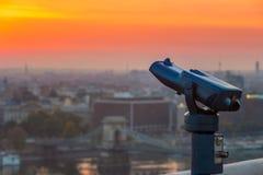 Boedapest, Hongarije - Blauwe verrekijkers met de mening van Ongedierte met Szechenyi-Kettingsbrug en mooie gouden hemel royalty-vrije stock foto