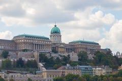 Boedapest/Hongarije-09 09 18: De koninklijke wolk van de de meningshemel van Boedapest Hongarije van het paleiskasteel stock foto's