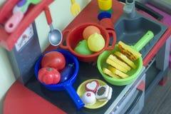 Boedapest, Hongarije - 07/30/2018: De plastic keuken van het meisje voor playi stock foto's