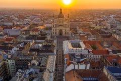 Boedapest, Hongarije - de Zonsopgang over Boedapest op een luchthommel schoot met St Stephen Basiliek stock foto
