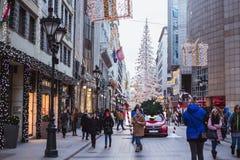 BOEDAPEST, HONGARIJE - December 28, 2018: De 'Manierstraat' met Kerstmisdecoratie in Boedapest, Hongarije royalty-vrije stock foto