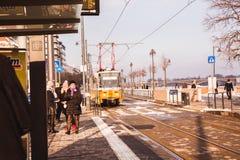 BOEDAPEST, HONGARIJE - 16 DECEMBER, 2018: De dijk van Donau met gele tram van Buda-kant in de winter in Boedapest, Hongarije stock foto