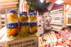 BOEDAPEST, HONGARIJE - 8 DECEMBER 2016: De verkoper van het de straatvoedsel van Boedapest Royalty-vrije Stock Foto