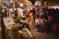 BOEDAPEST, HONGARIJE - DECEMBER 11, 2017: Kerstmismarkt bij St Stephen ` s Vierkant voor de St Stephen ` s Basiliek royalty-vrije stock afbeeldingen