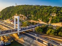 Boedapest, Hongarije - die Elisabeth-de brug Erzsebet verborg vroeg in de ochtend op een antenne met Gellert-Heuvel wordt geschot royalty-vrije stock afbeelding