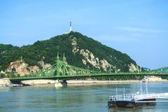 12 06 2019 Boedapest, Hongarije Een blik de stad en de Groene oude Brug door de Rivier van Donau Verkeerskruising stock fotografie