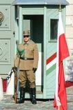 Boedapest, Hongarije, 03 21 2014 Een mens in groene eenvormig stock foto