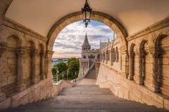 Boedapest, Hongarije - het Noordenpoort van het beroemde Vissers` s Bastion stock afbeelding