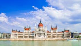 Boedapest, Hongarije: Het Parlement van Boedapest over de rivier die van Donau wordt gezien royalty-vrije stock foto's