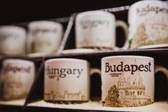 Boedapest, Hongarije - Januari 01, 2018: Kop van het close-up de ceramische embleem van Starbucks Boedapest in de winkel in Starb stock foto