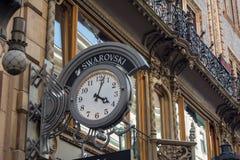 BOEDAPEST, HONGARIJE - JULI 5, 2018: SWAROVSKI manieropslag Swarovski is een Oostenrijkse producent van kristal gestationeerd in  stock afbeeldingen