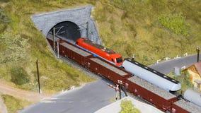 Boedapest, Hongarije - JUN 01, 2018: Miniversumexpositie - Miniatuur modeltreinen die door de tunnel overgaan stock afbeeldingen