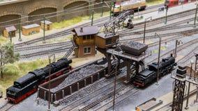 Boedapest, Hongarije - JUN 01, 2018: Miniversumtentoonstelling - Modellen van de motorlocomotieven van de spoorwegstoom en steenk stock afbeelding