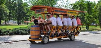 BOEDAPEST, HONGARIJE, 27 Juni, 2016: BierBike met toeristen op Stock Foto's