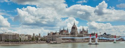 BOEDAPEST, HONGARIJE, JUNI 24 - 2018 - Red Bull-Luchtras in het centrum van hoofdstad Boedapest, Hongarije royalty-vrije stock afbeeldingen