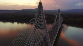 Boedapest, Hongarije - 4K omhoog vliegend bij Megyeri-Brug bij zonsondergang met zwaar middagverkeer stock videobeelden
