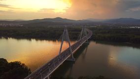 Boedapest, Hongarije - 4K vliegend vanaf Megyeri-Brug bij zonsondergang met zwaar middagverkeer stock video