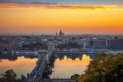 Boedapest, Hongarije - Luchthorizonmening van Boedapest met Szechenyi-Kettingsbrug en St Stephen Basiliek royalty-vrije stock afbeeldingen