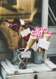 BOEDAPEST, HONGARIJE 23 MAART, 2017: Kleurrijke bloemenboeketten Stock Foto