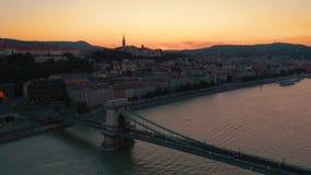 BOEDAPEST, HONGARIJE - MAG, 2019: Luchthommelmening van de stads historisch centrum van Boedapest met mooie architectuur stock video
