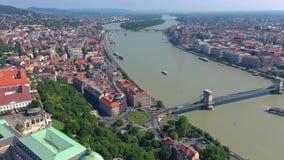Boedapest, Hongarije - mag, 2019: Luchthommelmening van de stads historisch centrum van Boedapest met mooie architectuur stock videobeelden