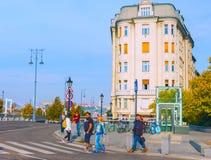 Boedapest, Hongarije - MAI 01, 2019: Toeristen en bezoekers op beroemde Vaci Utca, de belangrijkste het winkelen straat in Boedap stock foto