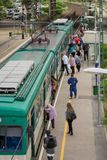 BOEDAPEST, HONGARIJE - MEI 17, 2018: Trein in de voorsteden bij MÃœPA-post De mensen stijgen en op De voorstadtreinen zijn zeer royalty-vrije stock afbeeldingen