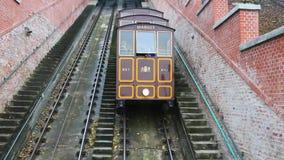 Boedapest, Hongarije - 8 Mei, 2016: Twee kabelbanenpas elkaar stock video