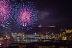 Boedapest, Hongarije - mooie twintigste van Augustus-vuurwerk over de rivier Donau Royalty-vrije Stock Afbeelding