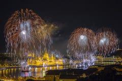 Boedapest, Hongarije - mooie twintigste van Augustus-vuurwerk over de rivier Donau Stock Afbeelding