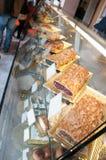 BOEDAPEST, HONGARIJE - NOVEMBER: Gebakjes op vertoning in het glas ingesloten kabinet bij een bakkerij binnen Royalty-vrije Stock Foto's