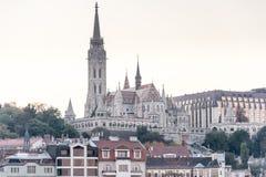 BOEDAPEST, HONGARIJE - OKTOBER 30, 2015: Matthias Church in Boedapest, Hongarije De fotospruit deed met driepoot stock afbeeldingen
