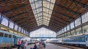 Boedapest Hongarije 03 15 2019 passagiers wacht bij het westelijke station in Boedapest stock afbeelding