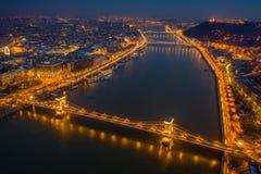 Boedapest, Hongarije - Satellietbeeld bij blauw uur van Szechenyi-Kettingsbrug, Elisabeth Bridge en Standbeeld van Vrijheid royalty-vrije stock afbeelding