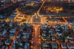 Boedapest, Hongarije - Satellietbeeld van het verlichte vierkant van Helden bij schemer met Stadspark, het Thermische Bad van Sze royalty-vrije stock foto