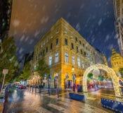 Boedapest, Hongarije - Sneeuwavond en Kerstmismarktpoort in Zrinyi en Oktober 6 straathoek met de Basiliek van StStephen stock afbeeldingen