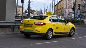 Boedapest Hongarije 03 15 2019 a taxify wacht op de lamp stock foto