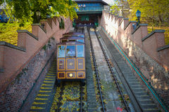 BOEDAPEST - OKTOBER 2013: De mensen gaan door kabelbaan naar Buda Castle in 23 Oktober, 2013, gelegen in Boedapest, Hongarije Het stock fotografie
