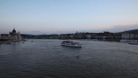 Boedapest van de brug bij schemer stock footage