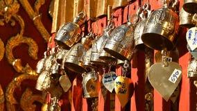 Boeddhisme Boeddhistische klokken in de tempel Heilig symbool Traditionele Boeddhistische het bidden klokken stock footage
