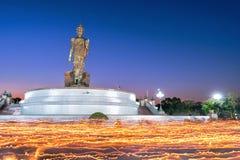 Boeddhisme lichte het golven rite in Magha Puja, Dag in Thailand stock foto