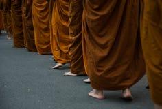Boeddhisme om Aalmoeskom de cultuur van monniksThailand te geven royalty-vrije stock foto