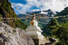 Boeddhisme: stupe of chorten met gebedvlaggen in Himalayagebergte stock fotografie