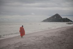Boeddhismemonnik die naast overzees lopen stock fotografie