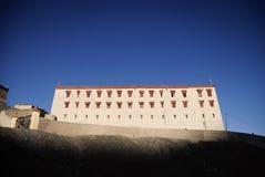 Boeddhistisch klooster bovenop berg stock afbeeldingen