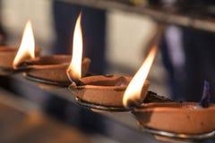 Boeddhistisch ritueel: Brandende lamp, zodat een wens in vervulling gaat royalty-vrije stock foto's